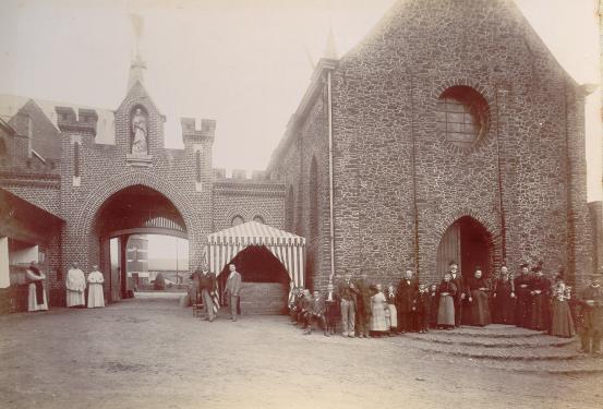 1898 devant le portail, en attendant les visiteurs aux portes ouvertes