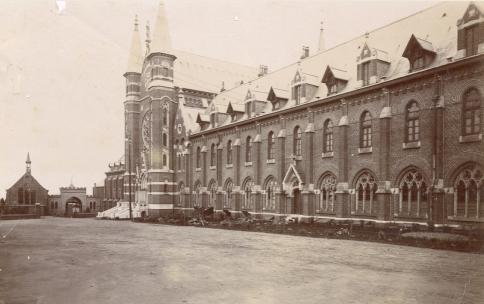 1900 façade Nord de l'abbaye avec le portail et l'église Saint Constance