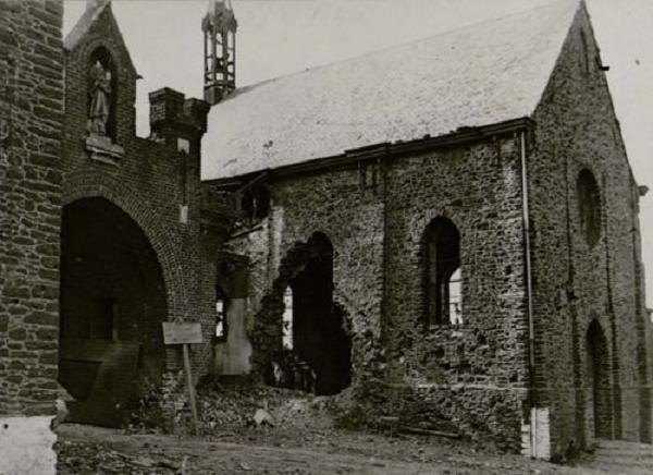 1918 les dégâts à l'église Saint Constance et le porche abîmé
