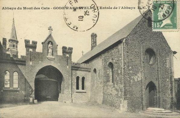 1925 l'église Saint Constance après réparation. Le portail garde des traces