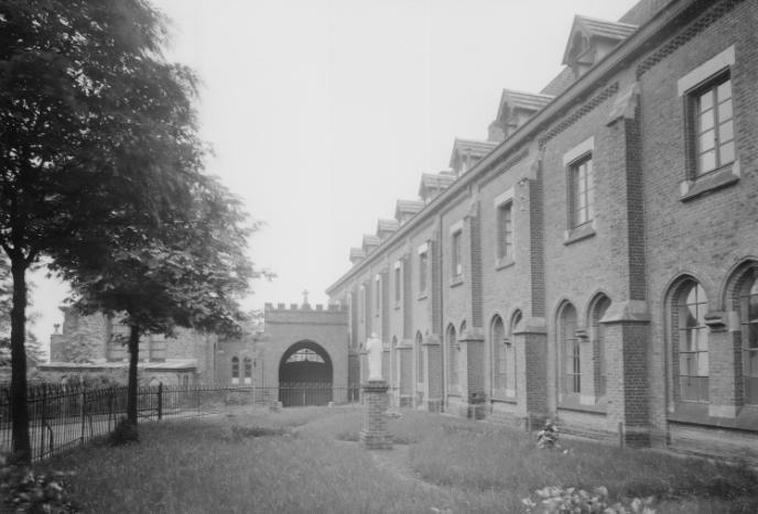 1930 apràs le reconstruction hôtellerie, vue depuis le jardin de l'hôtellerie