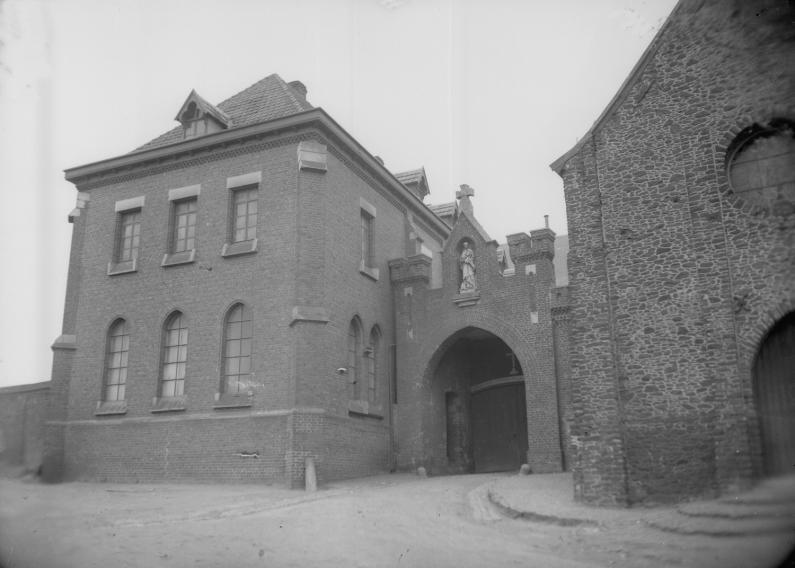 1950 la nouvelle hôtellerie et l'entrée sous le porche