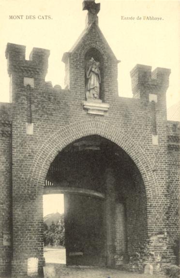 1950 le portail ayant subi l'usure du temps