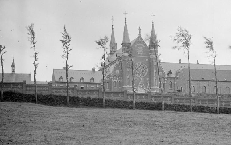 La façade Nord telle qu'on la voit en montant la route de Godewaersvelde