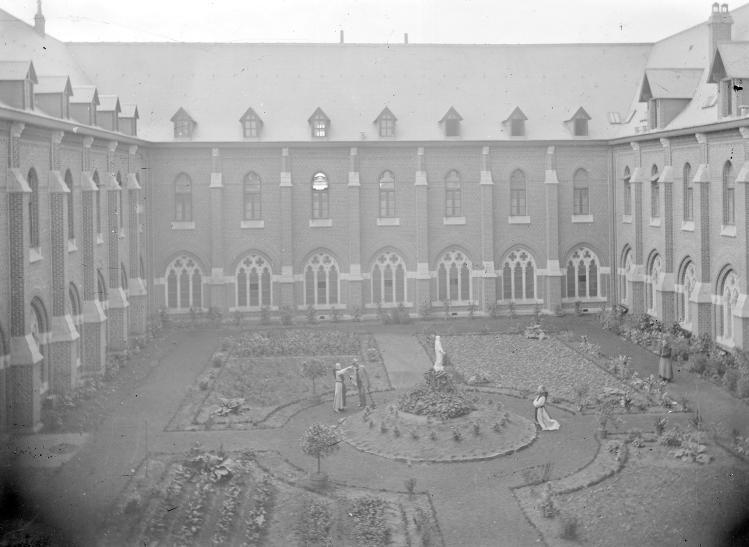 """Le préau vers 1896 avec au centre la """"Vierge du Préau"""" de 1847"""