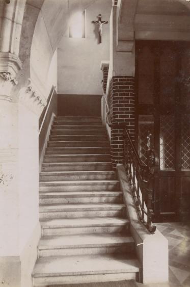 Au bout du cloître nord, l'escalier de pierre menant aux dortoirs