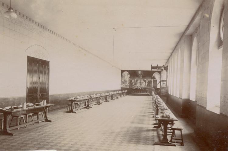 Le réfectoire, vue depuis le fond, avec des fresques sur les murs