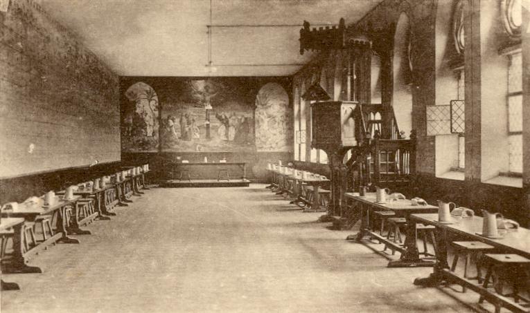 Le réfectoire, la chaire du lecteur, la table abbatiale et la fresque