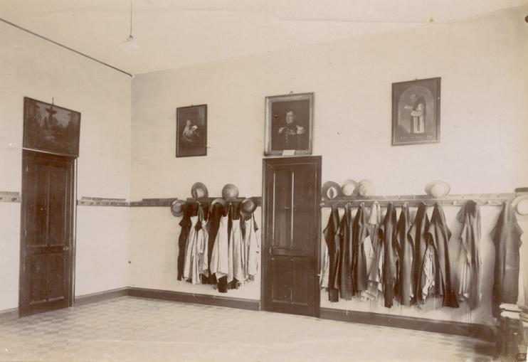 Le parloir, avec les habits de travail et trois tableaux au mur