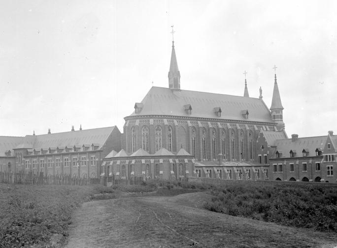 Le chevet de l'église et l'hôtellerie avant le déplacement de la route