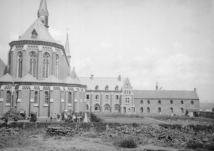 Le chevet de l'église et l'hôtellerie nouvelle et ancienne