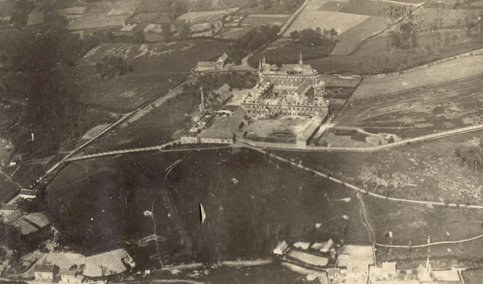 Vue aérienne du Mont des Cats peu après le bombardement