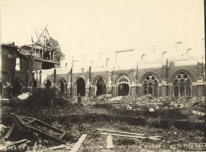 Depuis le préau, vue sur le cloitre longeant l'église et l'aile nord