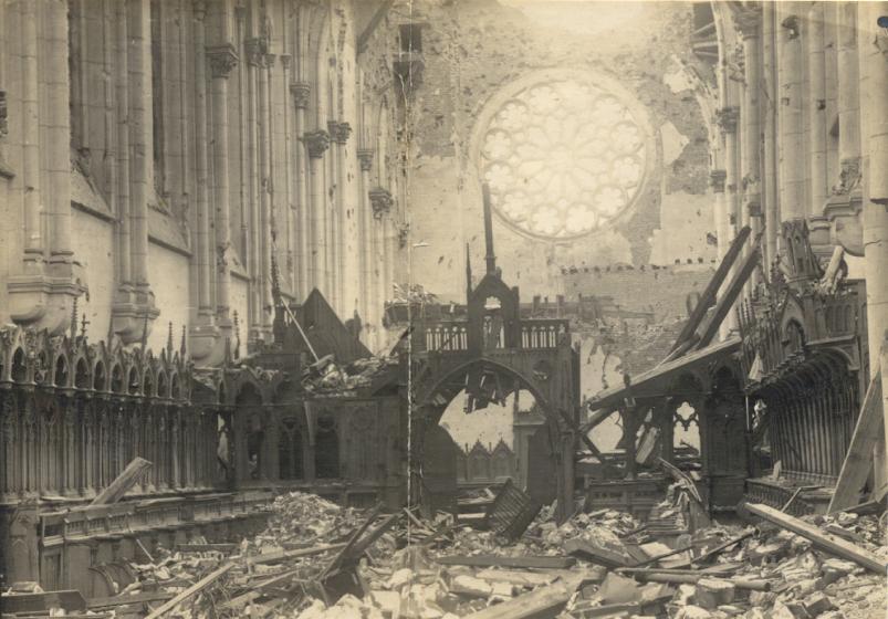 Plan plus large depuis l'autel vers le fond et la tribune