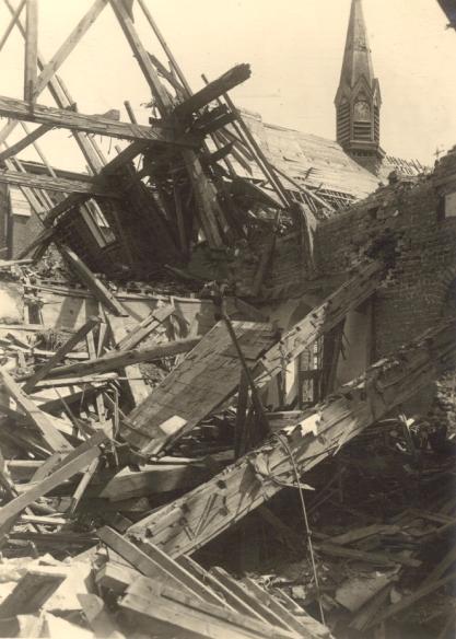 Depuis le petit dortoir sans toit, vue sur le clocher de l'église