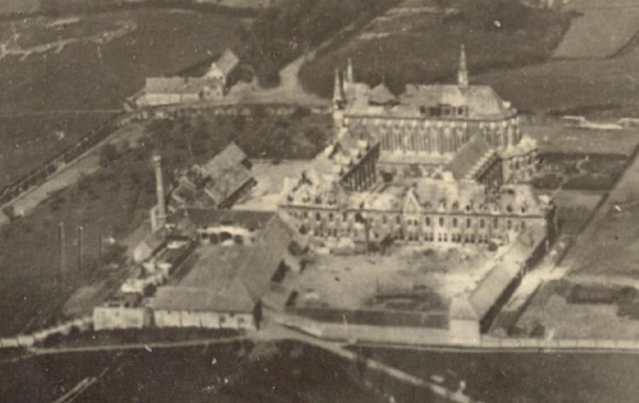 Vue aerienne du Mont des Cats : gros plan sur l'Abbaye