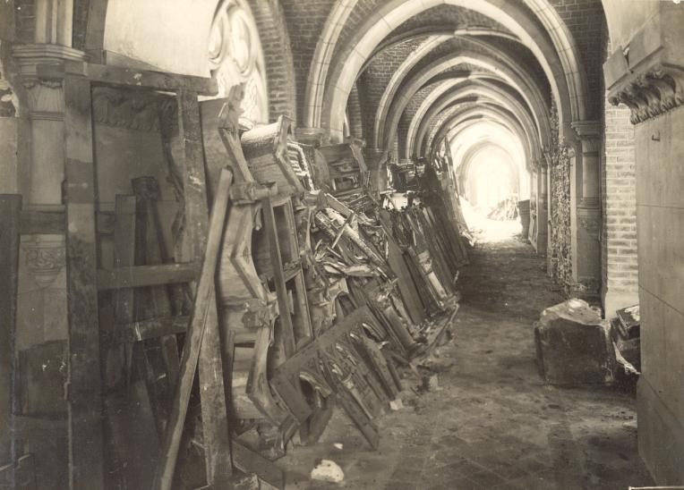 Le cloître longeant l'église (à droite)