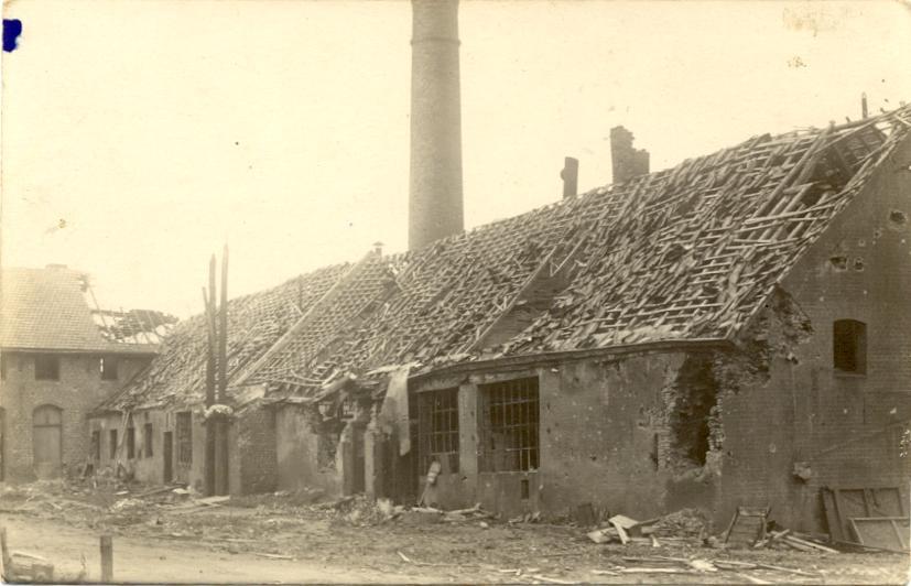 La menuiserie, la salle des machines et la fromagerie, avec la cheminée de la chaufferie