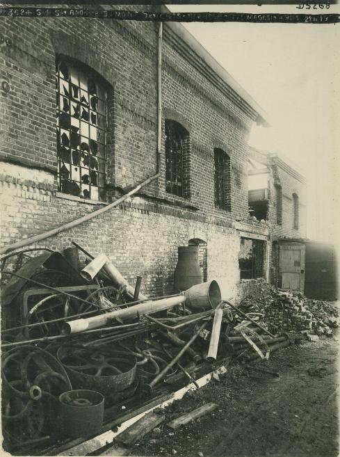 Vue de l'autre côté de l'aile des ateliers : le magasin à bois et le générateur de vapeur