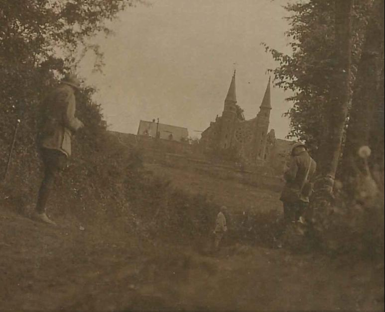 Gros-plan de la même photo, avec deux militaires en observation
