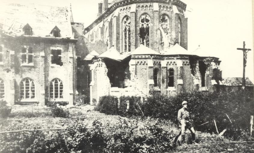 Le chevet de l'Eglise avec un soldat anglais