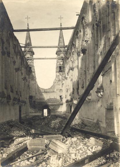 L'intérieur de l'église déblayée, vue depuis le sanctuaire