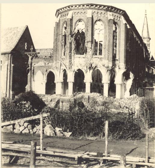 Le chevet de l'église et le cimetière