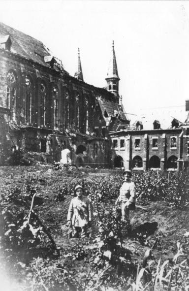 L'Eglise et l'hôtellerie avec quelques soldats à l'avant-plan
