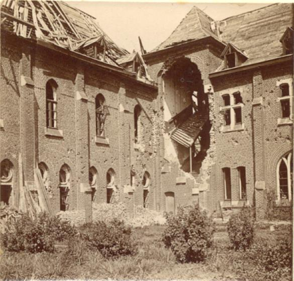 L'escalier de bois dans la tourelle détruite