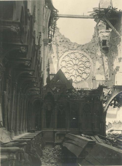 L'intérieur de l'église depuis le maître-autel, vue sur la rosace