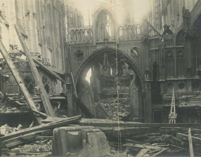 Les débris visibles à l'entrée de l'église