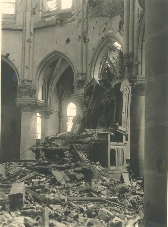 Le maître-autel très endommagé