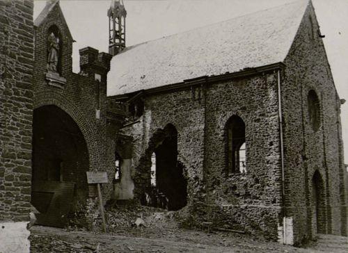 Les dégâts à l'Eglise Saint Constance, en arrivant à l'abbaye