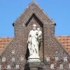 Gros-plan sur le Saint Joseph qui veille sur les activités dans la cour