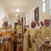 Les évêques et Père Abbé dans la sacristie